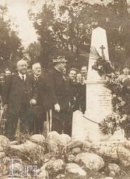 RN 200 monument dédié à Pierre DELAUNAY coureur automobile décédé le 21 avril 1921 et aviateur durant la guerre 1914-1918 LOGO